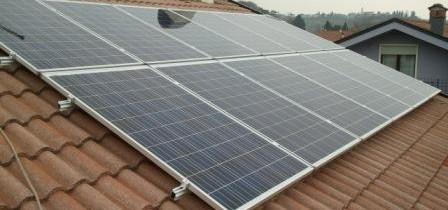 Immagine di un impianto fotovoltaico in appoggio al tetto